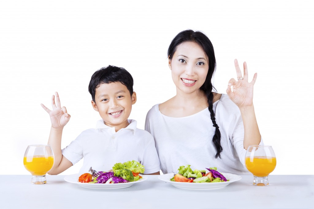 バランスのよい食事と笑顔の親子