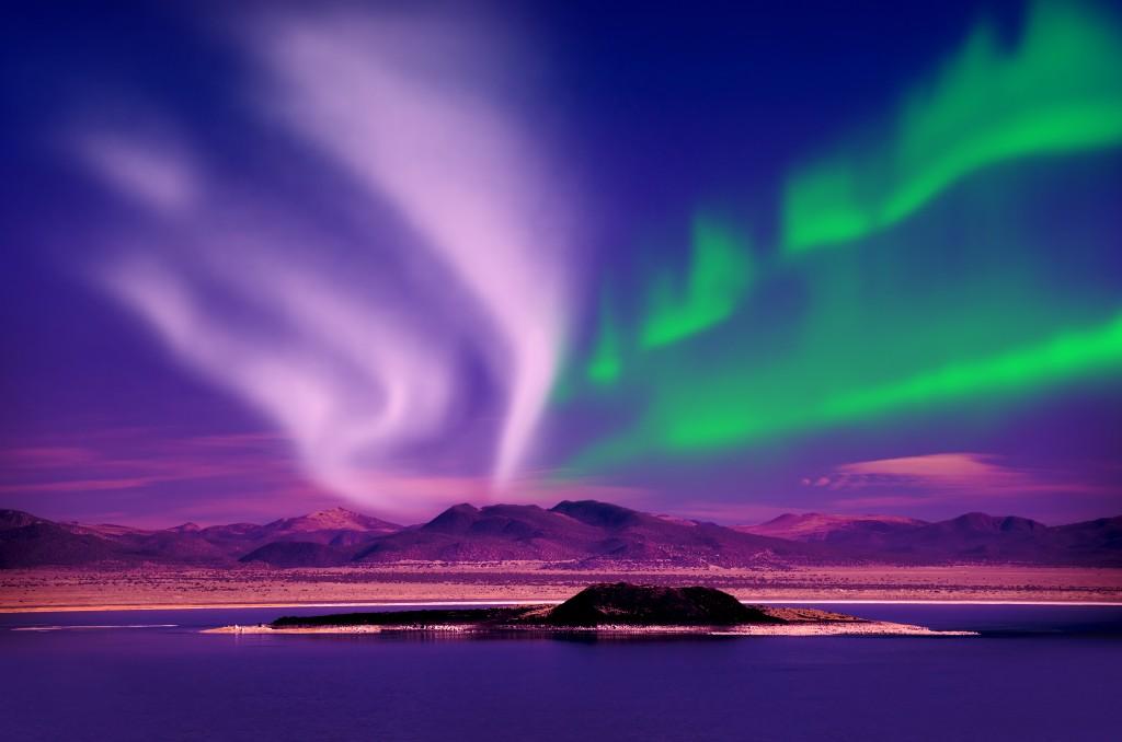 磁力を感じさせる美しいオーロラの光
