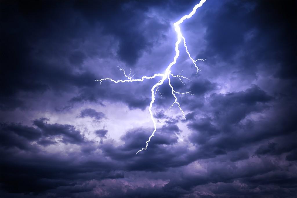 暗雲の中にほとばしる雷光