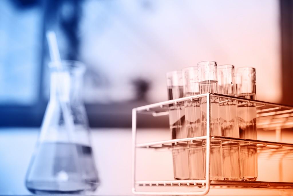 化学や医学を想起させるビーカーや試験管