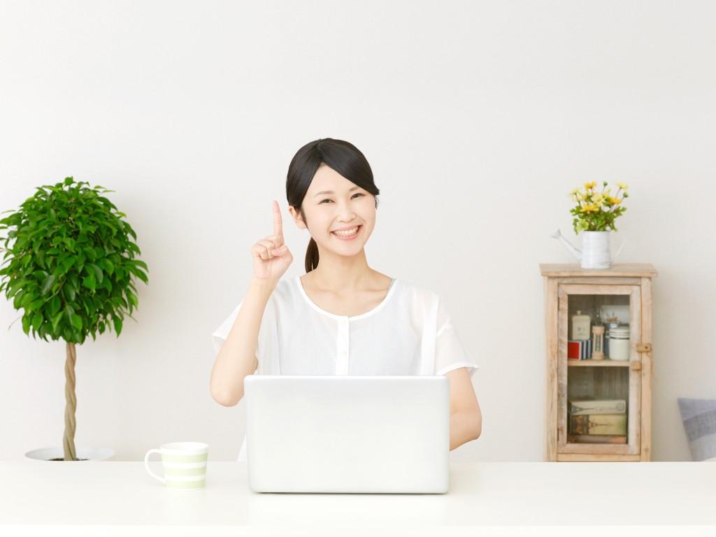 パソコンと笑顔の女性