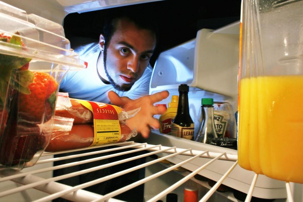 冷蔵庫をあさる夜間摂食症候群の男性