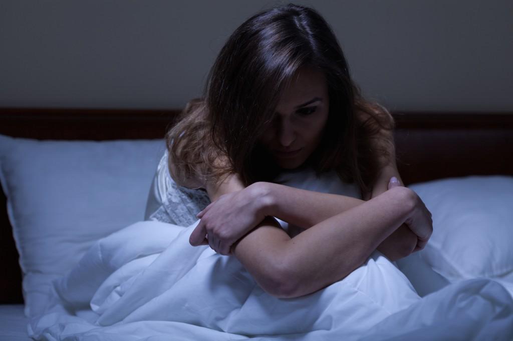 眠れないで睡眠不足に悩む女性