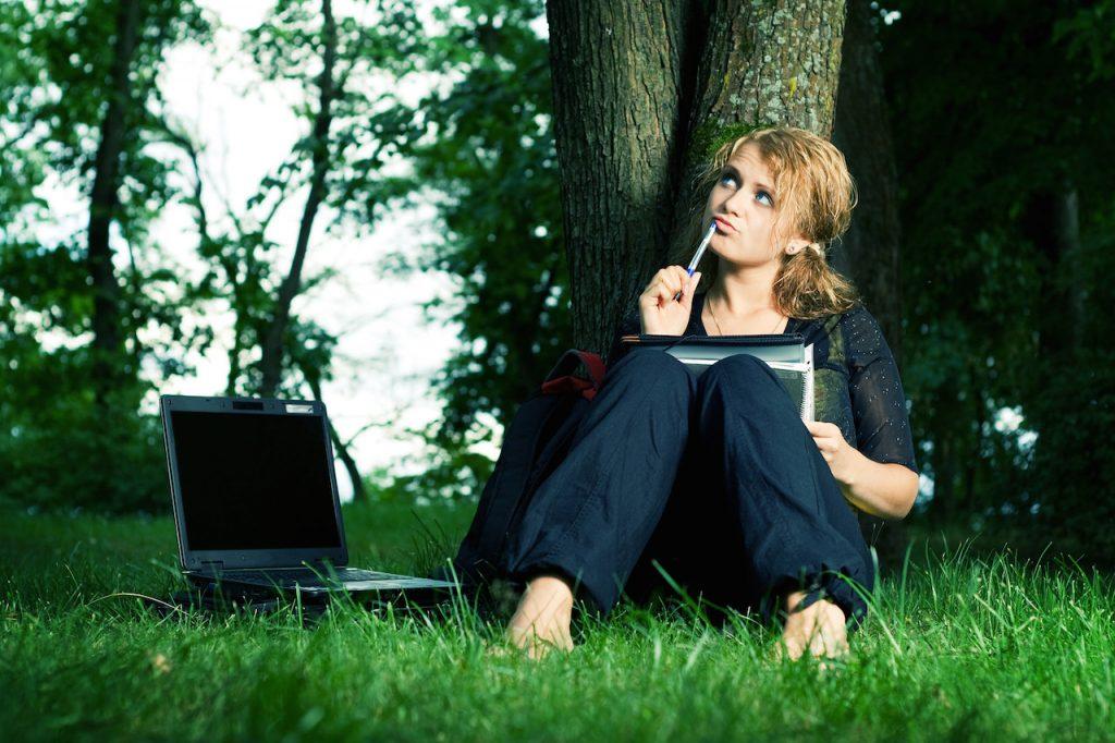 認知再構成法に取り組む女性
