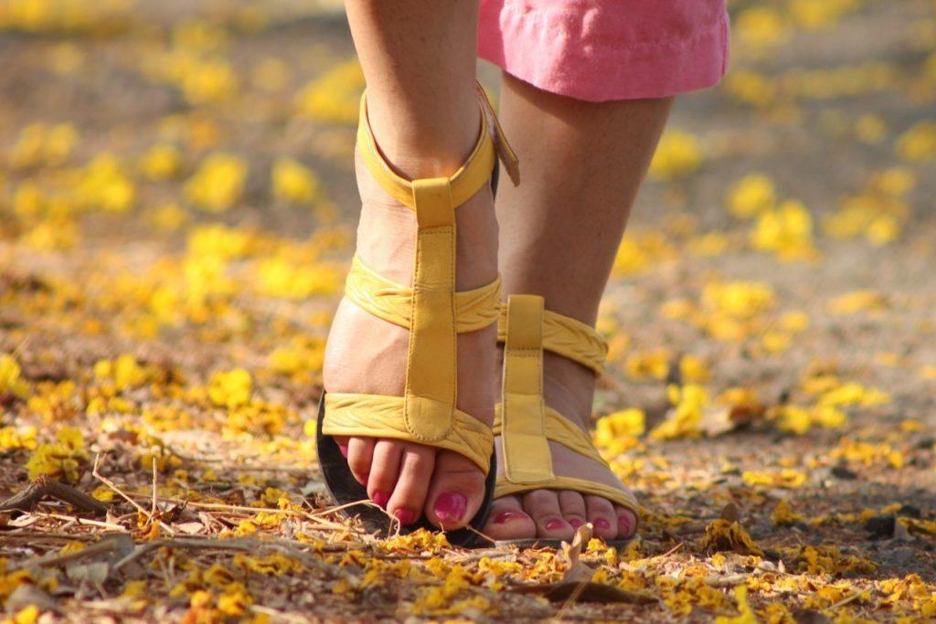 散歩する女性の足